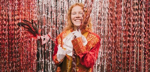Smiley kostiumowa kobieta z wentylatorem