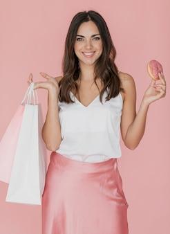 Smiley lady z pączka i torby na zakupy
