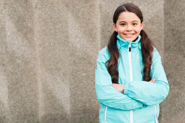 Smiley mała dziewczynka jest ubranym sportswear z kopii przestrzenią