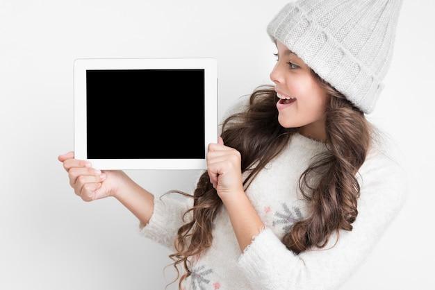 Smiley małej dziewczynki mienia pastylki egzamin próbny