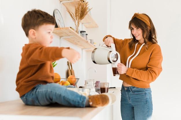 Smiley mama przygotowuje kawę