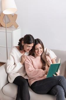 Smiley matka i córka czas czytania
