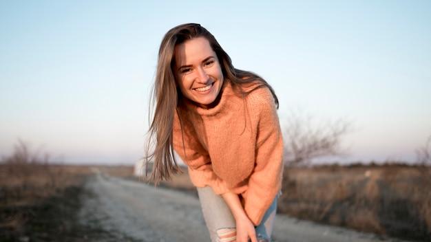 Smiley młoda dziewczyna na drodze