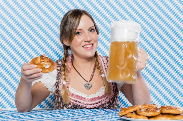 Smiley młoda kobieta świętuje oktoberfest