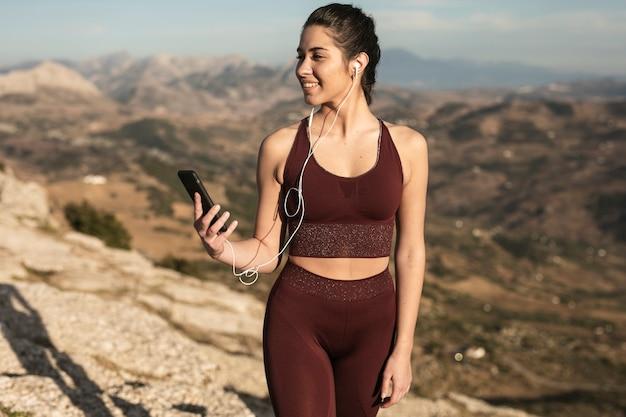 Smiley młoda kobieta w odzieży sportowej