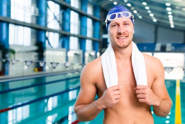 Smiley młody człowiek przygotowany do pływania