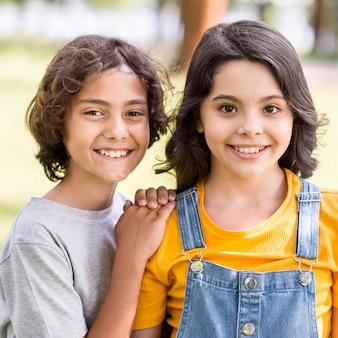 Smiley młodzi przyjaciele