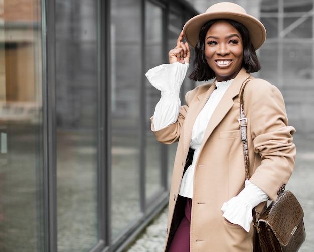 Smiley modna kobieta pozuje z kopii przestrzenią
