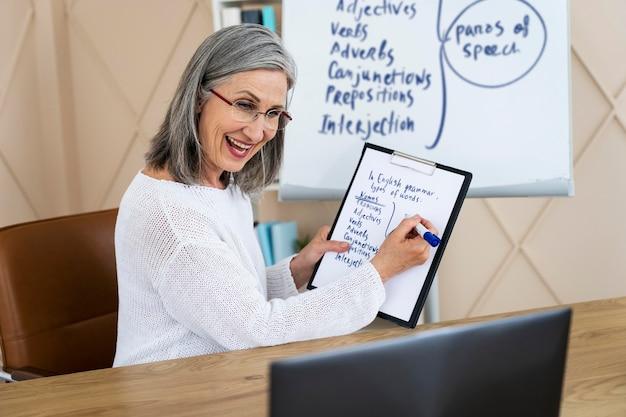 Smiley nauczycielka angielskiego robi lekcje online