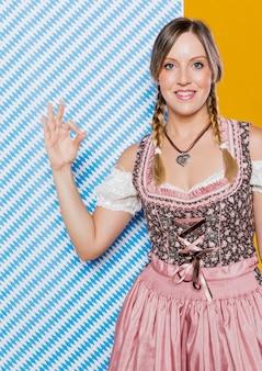 Smiley niemiecka kobieta przygotowywająca dla festiwalu