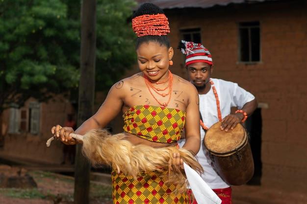 Smiley nigeryjska kobieta tańczy średni strzał
