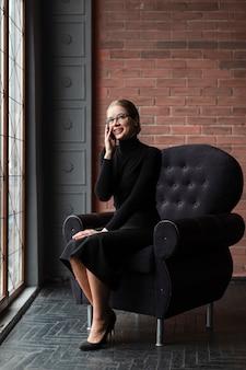 Smiley nowoczesna kobieta rozmawia przez telefon