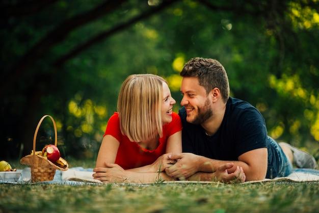 Smiley para patrząc na siebie