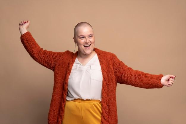 Smiley silna kobieta walcząca z rakiem piersi