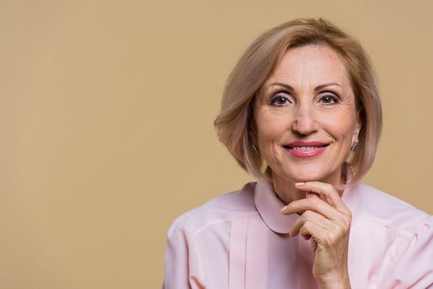 Smiley stara kobieta patrzeje kamery zakończenie