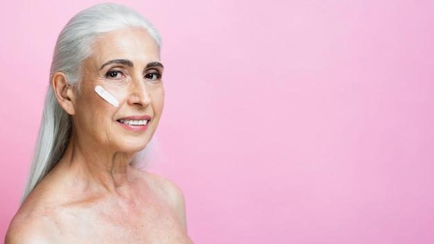 Smiley starszy kobieta z leczenia pielęgnacji skóry