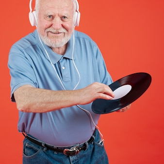 Smiley starszy mężczyzna posiadający zapis muzyczny