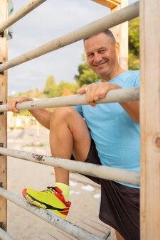 Smiley starszy mężczyzna pracujący w parku