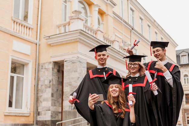 Smiley studentów przy selfie