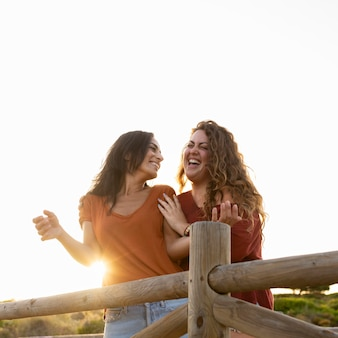 Smiley szczęśliwych kobiet przyjaciół zabawy na świeżym powietrzu