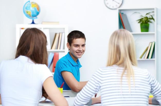 Smiling studentów patrząc na jego kolegów
