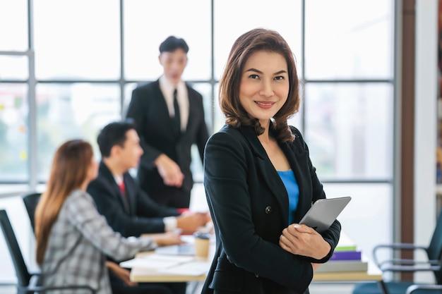 Smilling businesswoman stojącej z trzymaniem wiszącej ozdoby