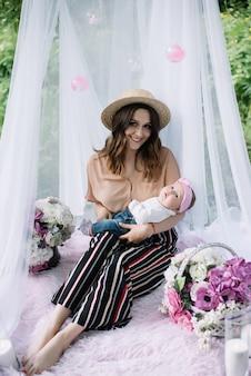 Smilling matka trzyma dziecko w dłoniach