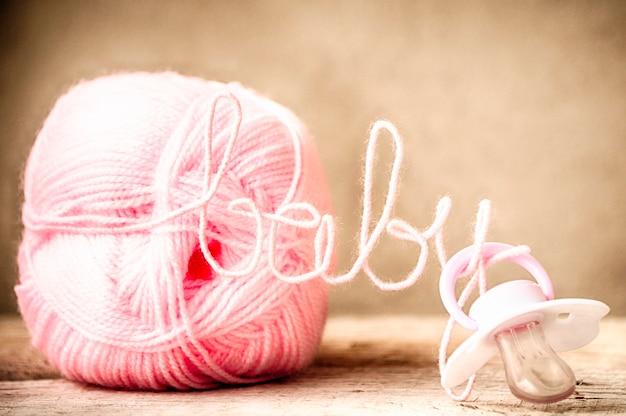 Smoczek silikonowy dla dzieci i różowa nić