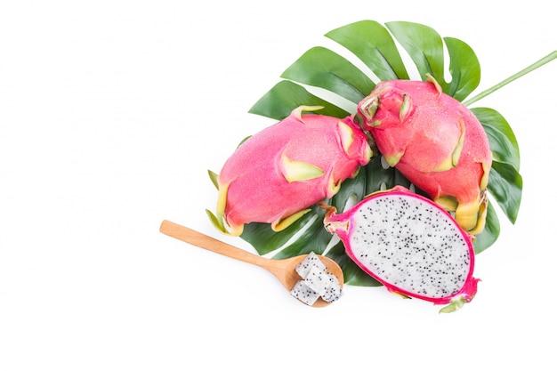 Smok owoc, odgórnego widoku plasterka pitaya i zieleń liście odizolowywający na bielu z ścinek ścieżką