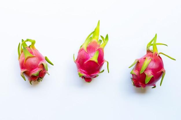Smok owoc, pitaya odizolowywający na bielu.