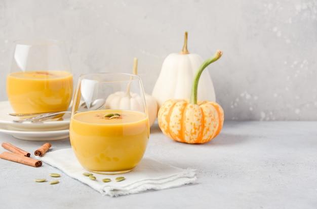Smoothie z dyni i przypraw latte w okularach