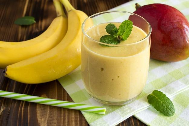 Smoothie z mango i banana na zielonej serwetce