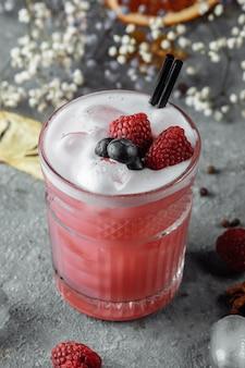 Smoothie z mrożonych malin, jagód. koktajl z jagodami i malinami