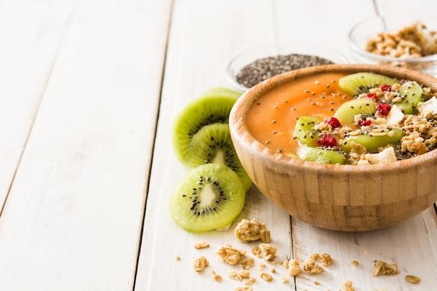 Smoothie z owocami, zbożami i chia na białym drewnianym stole, kopii przestrzeń