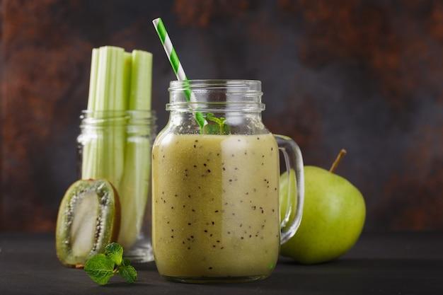 Smoothie z selera kiwi i jabłka w szklanym słoiku