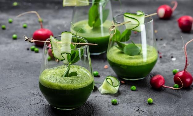 Smoothie ze świeżych soków z organicznych warzyw i limonek, smoothie detox, zielony świeży groszek, ogórek, szpinak i limonka,