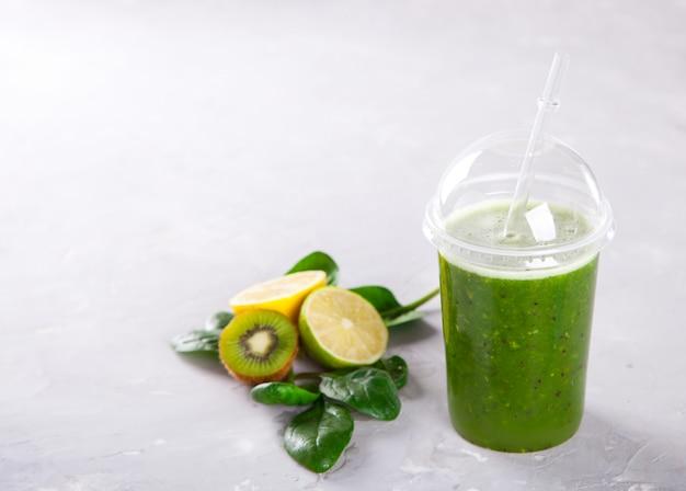 Smoothies green. pij koktajl ze szpinaku, jabłka, kiwi, cytryny