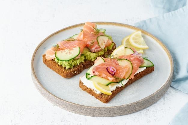 Smorrebrod - tradycyjne duńskie kanapki. czarny chleb żytni z łososiem