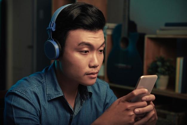 Sms-y wietnamski mężczyzna