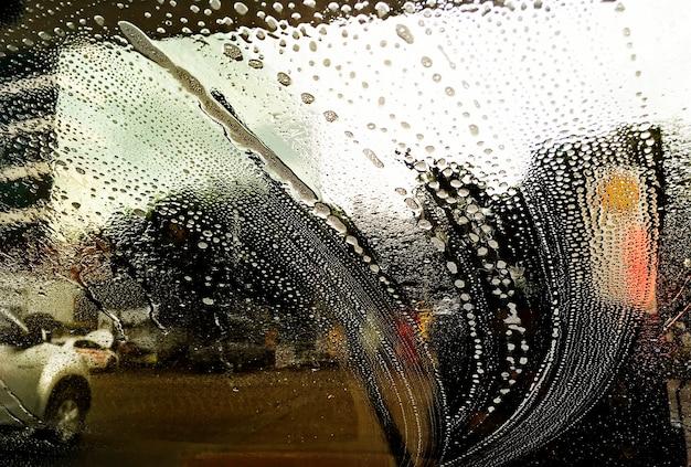 Smugi mydła na przedniej szybie samochodu