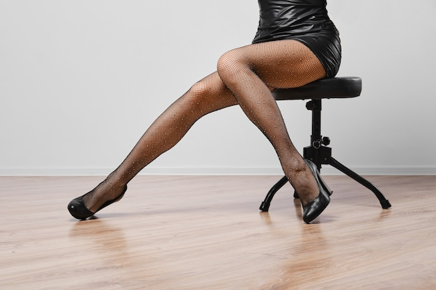 Smukłe kobiece nogi w kabaretkach z kryształkami