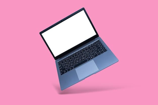 Smukły, nowoczesny laptop z makietą białego ekranu na różowym tle z cieniem.