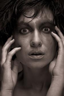 Smutek. portret młodej kobiety w depresji. kreatywny makijaż.
