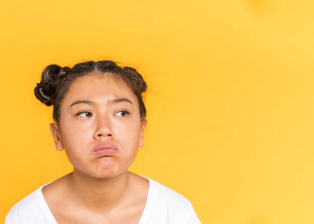 Smutna azjatykcia kobieta z wiązaną włosy kopii przestrzenią