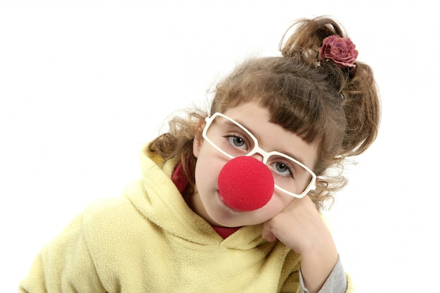 Smutna błazenu nosa mała dziewczynka z dużymi szkłami