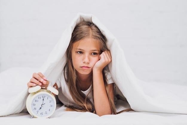 Smutna dziewczynka nie jest gotowa się obudzić