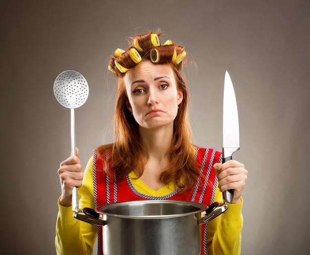 Smutna gospodyni domowa z patelni sosu