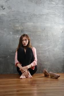 Smutna i melancholiczna dziewczyna cierpi na depresję. sytuacja samotności i bluesa.