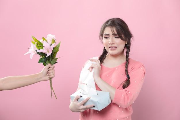 Smutna kobieta odrzuca kwiaty
