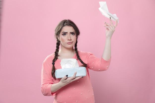 Smutna kobieta rzuca serwetki w powietrzu